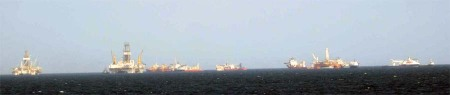 Ships and oil rigs at the Deepwater Horizon MC252 site